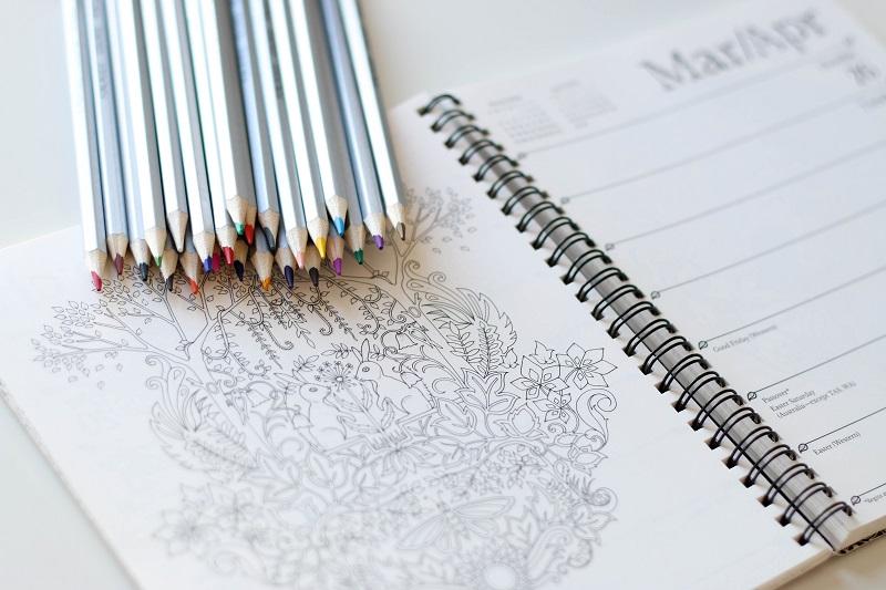 Kleurpotloden liggen op een kleurboek